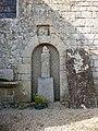 Statue dans le mur de l'eglise de locoal - panoramio.jpg