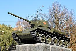 T-34/76, pamätník v meste Chmeľnickij. Korba tanku predstavuje ranú produkciu Charkovskej továrne. Veža neskorú produkciu rokov 1942/1943 tovární na Urale. Kolesá dvoch typov neskoršieho výrobného radu typické skôr pre modely T-34/85.