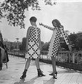 Teenbeat Look 1966, zwart-wit geblokt dessin van couturie Henk Wichers, Bestanddeelnr 918-1850.jpg