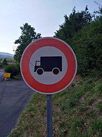 Ternand - Panneau interdit aux poids lourds (juil 2018).jpg