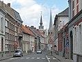 Tielt, toren van Huis Denys oeg(86686) en Sint Pieterskerk in straatzicht vanuit de Ieperstraat foto1 2013-05-12 14.24.jpg