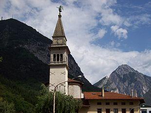 Campanile del Duomo. Sullo sfondo, il Monte Strabut (a sinistra) e il Monte Amariana (a destra)