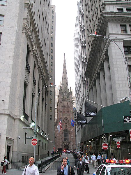 Archivo:TrinityChurch and WallStreet.jpg