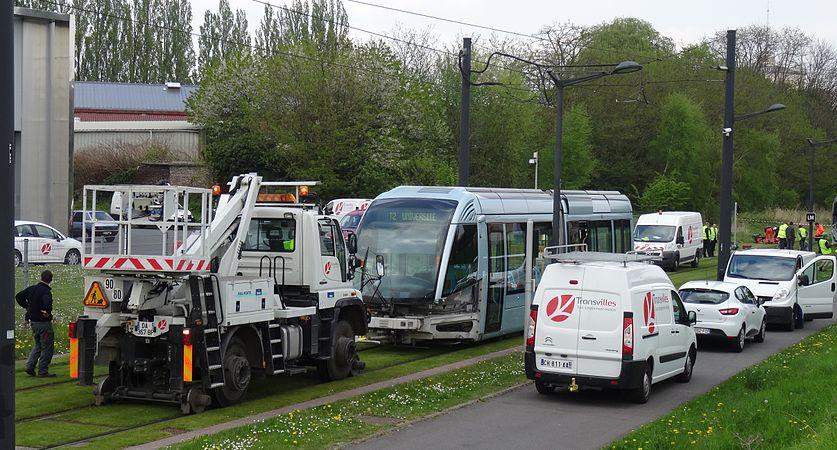 Valenciennes & Anzin - Déraillement de la rame de tramway n° 17 à la sortie du dépôt de Saint-Waast le 11 avril 2014 (091).JPG