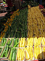 Verdura calabacines en mercado zucchini y straightneck.jpg
