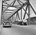 Vrachtwagen en auto op de Waalbrug bij Zaltbommel, Bestanddeelnr 252-0140.jpg