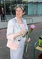 Wachtend met een roos tijdens vierdaagse Spijkenisse M Salet.jpg