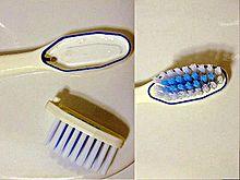 Uno spazzolino da denti con la testa asportabile e sostituibile.