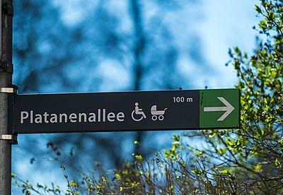 Wegweiser zur Platanenallee am Uhlanddenkmal in Tübingen.jpg