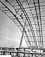 Werkzaamheden bouw nieuwe RAI gebouw, pas geplaatste dakspanten worden aan elkaa, Bestanddeelnr 910-8013.jpg