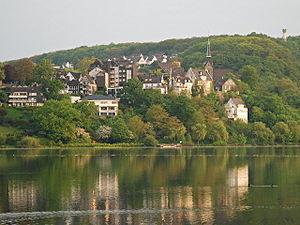 Blick über den Harkortsee zur Freiheit Wetter mit der Reformierten Kirche, Alt-Wetter, Wetter (Ruhr); oben rechts der Harkortturm auf dem Harkortberg