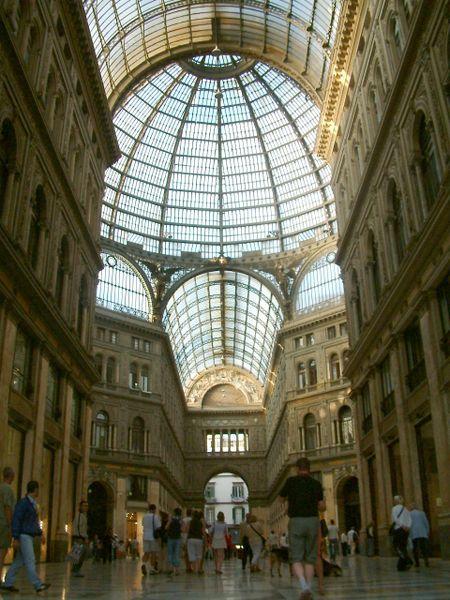 ファイル:Wnetrze Galerii Umberto I.jpg