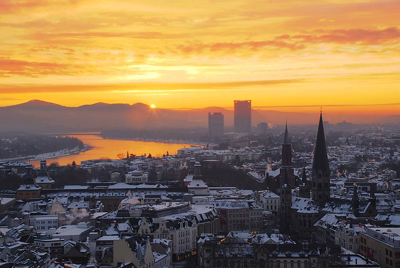 ファイル:Zepper-sunrise-over-the-niveous-city-of-bonn.jpg