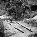 """""""Smuke"""" za drva vozit. Polože jih na prvo premo voza, pri Pencetu, Male Vodenice 1956.jpg"""