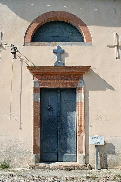Écluse de Négra - Façade et porte d'entrée de la Chapelle de Notre-Dame-Des-Eaux