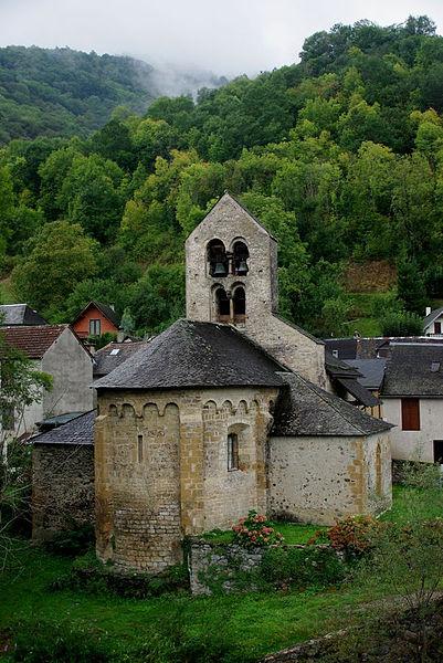 Église Notre-Dame d'Ourjout. Deux chapelles formant transept ont été ajoutées au 18e siècle. Extérieurement, l'abside porte une corniche à modillons au-dessus d'arcatures sur corbelets sculptés.