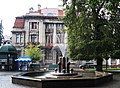 Адмінбудинок (будівля колишнього Празького банку),і фонтан, майдан Свободи, 10.jpg