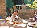 Индийские женщины перебирают овес.JPG