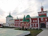 Стены с шестью башнями, внутри монастыря.jpg