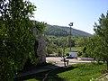 Яблоневый овраг двор и стадион и горы.JPG