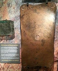 Eine rechteckige aufrecht stehende Kupferplatte