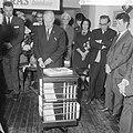 10 jaar Kris Kras (jeugdblad), de opening van de tentoonstelling door mr. A. de , Bestanddeelnr 917-0747.jpg