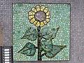 1210 Autokaderstraße 3-7 Tomaschekstraße 44 Stg 3 - Mosaik-Hauszeichen Sonnenblume von Leopold Birstinger 1968 IMG 0991.jpg