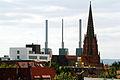 13.26 Uhr, das Dach der Christuskirche in Hannover wird neu gedeckt, der mittlere Schornstein vom Heizkraftwerk Linden am Küchengarten wirkt verkrümmt, im Hintergrund der Benther Berg.jpg