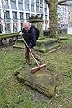 2015-02-17 Alter St.-Nikolai-Friedhof (Hannover), Reinigung Grabmal Jean Joseph La Croix (Fred Jaugstetter und Bernd Schwabe), (14).jpg