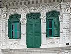 2016 Singapur, Kampong Glam, Ulica Kandahar, Zdobiona fasada domu-sklepu (01).jpg