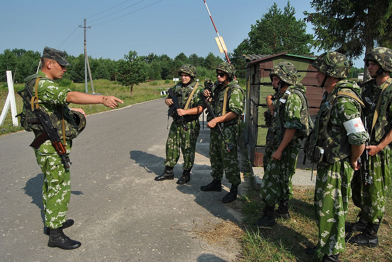 Filea Ukrainian Army Officer Left Gives Instructions To His