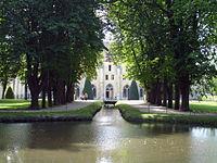 Abbaye de Royaumont - Canal et bâtiment des moines 01.jpg