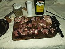 Agnello spiedini: carne tagliata a cubetti