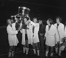I giocatori dell'Ajax festeggiano il trionfo nell'edizione ufficiosa del 1972, da notare il voluminoso trofeo messo in palio dal De Telegraaf.