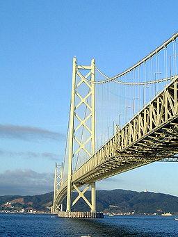 全長3,911メートルの明石海峡大橋、開通