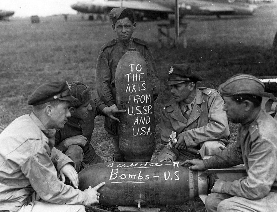 Amerikai és orosz katonák 1944-ben a FRANTIC hadművelet idején. A háttérben egy B-17 Flying Fortress bombázógép és egy C-47 Dakota szállítógép látható. Fortepan 15946