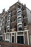 foto van Dubbel pakhuis met trapeziumgevel, gevelsteen en vakwerkpui