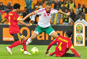 Mounir El Hamdaoui - El Hamdaoui (centre) takes on two Angolan defenders at the 2013 Africa Cup of Nations.