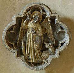 Clef de voûte ornée de saint Michel terrassant le dragon