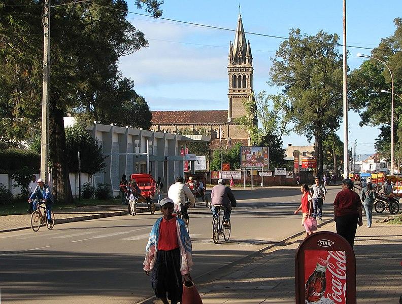 File:Antsirabe - rue principale01.JPG