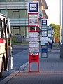 Autobusový terminál Zličín, sloupky na levé nástupní hraně.jpg