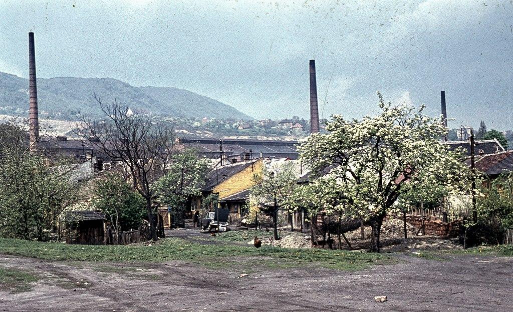 Az Újlaki téglagyár munkáslakásai a Körte utca és Ágoston utca között, háttérben a téglagyár. Fortepan 70121