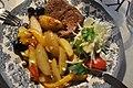 Bøf med kartofler og salat (4939018138).jpg