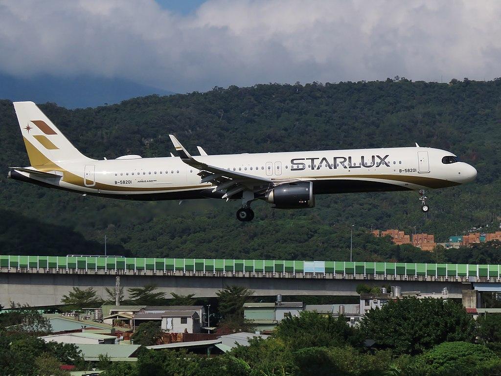 B-58201 STARLUX Airlines Airbus A321-252NX Final Approaching TSA RW10 20191203-5(3x4).jpg