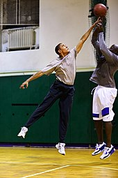 Barack Obama jouant au basket-ball.