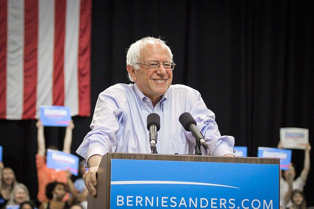 Bernie Sander Julie 2015 (Nick Solari / CC BY-SA) | Bildquelle: https://commons.wikimedia.org/wiki/File:Bernie_Sanders_(20033841412_24d8796e44_c0).jpg © Nick Solari / CC BY-SA | Bilder sind in der Regel urheberrechtlich geschützt