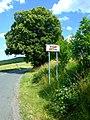 Beroun, Zdejcina, lípa a cesta.jpg