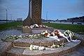 Bloemen gelegd tijdens de jaarlijks herdenking op 4 mei.jpg