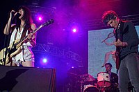 Blonde Redhead bei einem Auftritt beim Coachella Valley Music and Arts Festival in Indio, California im Mai 2007; von links nach rechts: Kazu Makino, Simone N. Pace, Amedeo F. Pace