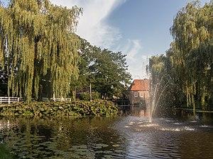 Borculo - Image: Borculo, fontein bij de Burg. Bloemersstraat foto 4 2015 08 22 17.45